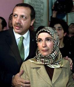 Erdogan, Ehefrau Emine. Coup gegen die Gewaltenteilung