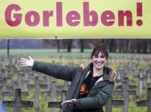 Roche, strahlend grinsend vor Friedhofskreuzen