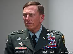 David H. Petraeus. Rücktritt. Gründe dubios.