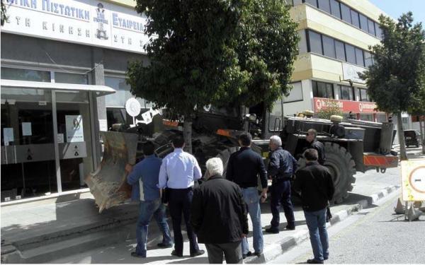 Die Party beginnt: Bulldozer vor zyprischer Bank